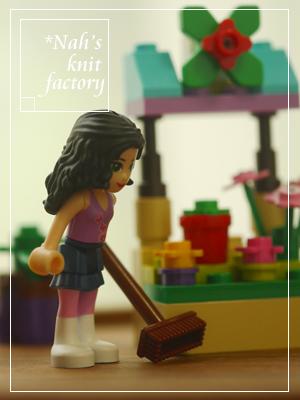 LEGOEmmasFlowerStand04.jpg