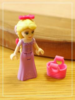 LEGORapunzelsMarketVisit03.jpg