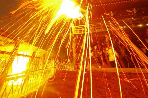 お水取り お松明の火の粉2