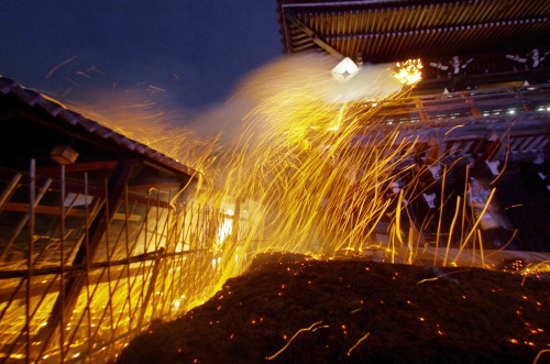 お水取り お松明の火の粉1