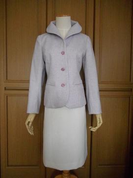 ラベンダージャケットと白スカート