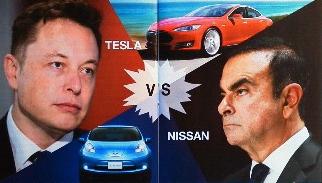 EVの覇権を競い合う、米テスラ・モーターズのイーロン・マスクCEO(左)と、<br />日産自動車のカルロス・ゴーンCEO