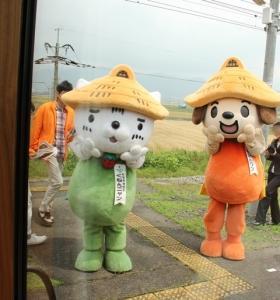 神崎駅でくねんワンとくねんニャンの歓迎