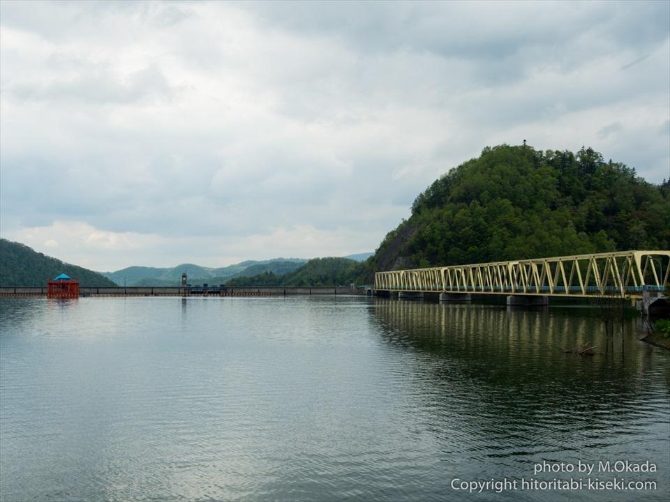 ダム湖に架かる岩尾内大橋