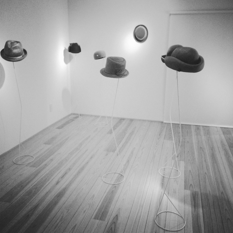 三人展の帽子_2