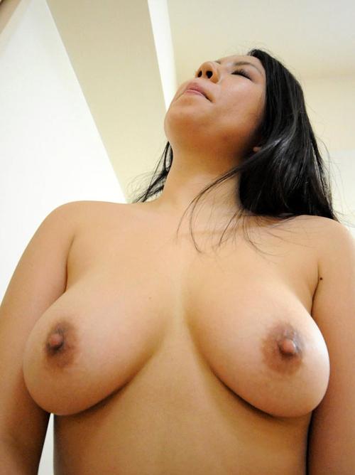 欲情必至の淫乱熟女の生裸!Eカップの垂れ乳を揉みまくりたいw