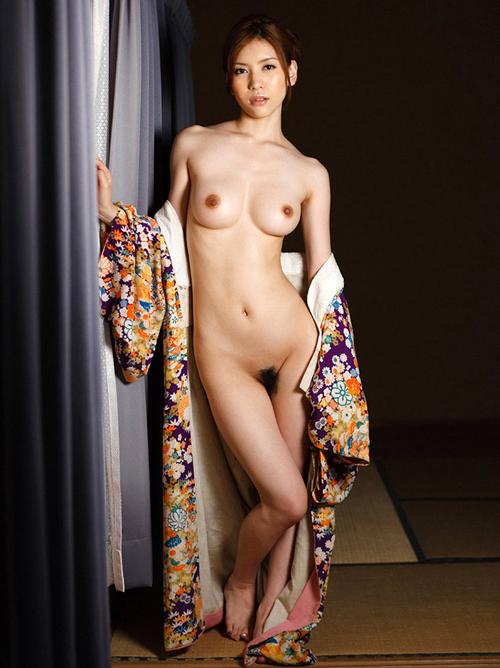 セクシーな雰囲気の若女将が着物をそっと脱いで美乳おっぱい抜き