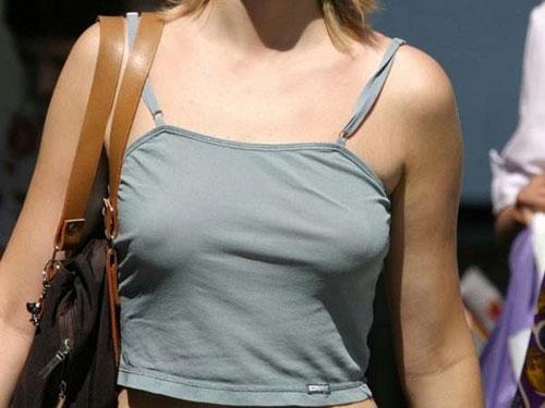 【海外エロ画像】アメリカレディはブラがお嫌い?街中なのに乳頭ポチりな淑女が多数(*´д`*)