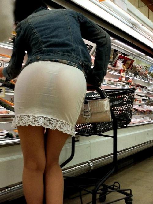 タイトミニ履いた女のピチピチ尻が反則的にエロい