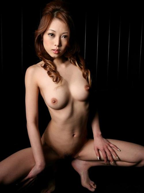 現役モデルの清楚な女性がオマンコ露わに卑猥ムンムン美脚M字