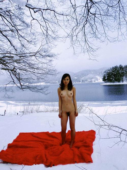 雪の中でおっぱい見せる露出狂女21