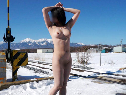 雪の中でおっぱい見せる露出狂女28