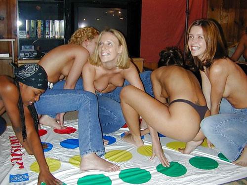 全裸や着衣でエッチに絡み合うツイスターゲームのエロ画像