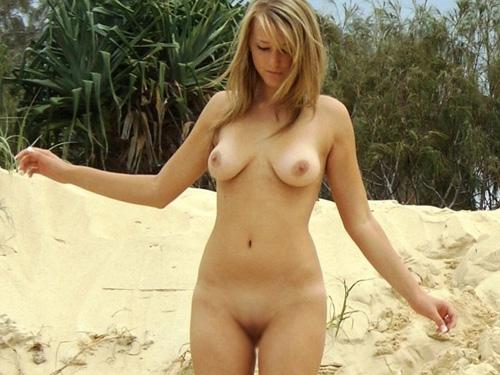 【海外エロ画像】裸なのに風景とマッチしてる?外人さんの自然派な露出プレイwww