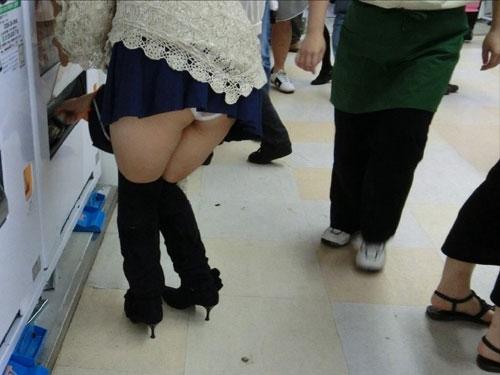 スカートからパンツが飛び出すミニスカパンチラ盗撮画像集