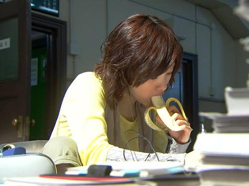 【飲食フェチエロ画像】長い飲食物を無駄にイヤらしく摂取しようとする女子たち(*´д`*)