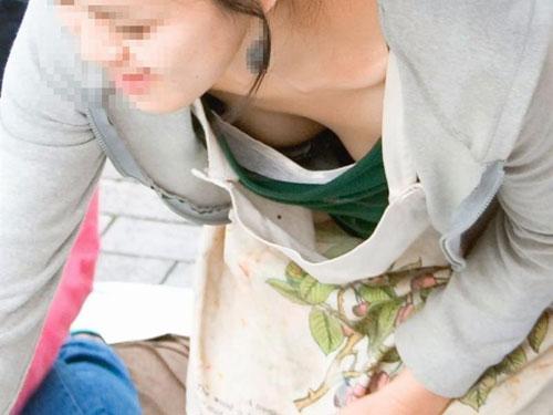 胸チラしているおっぱいの谷間を盗撮されてブラを見られた素人のエッチ画像っていいねbwww