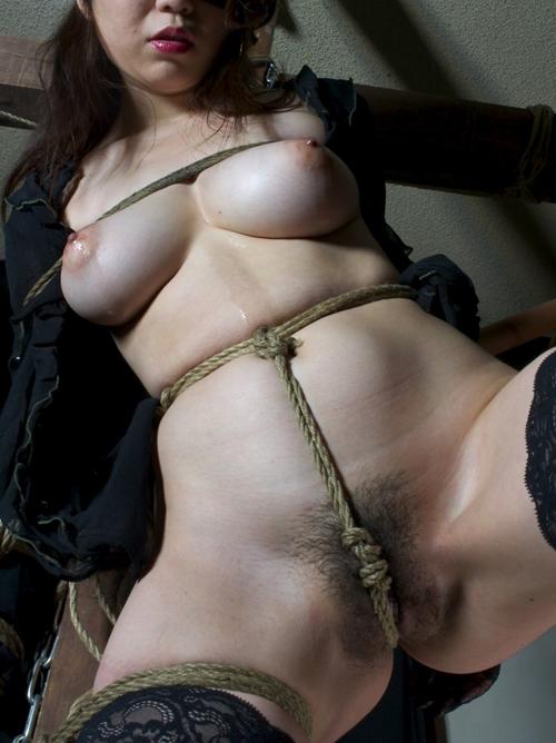 おっぱいを荒縄で縛られ調教されるドM娘
