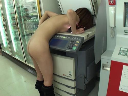 【露出エロ画像】お願いウチには来ないで(店長談w)困った変態客の露出プレイwww