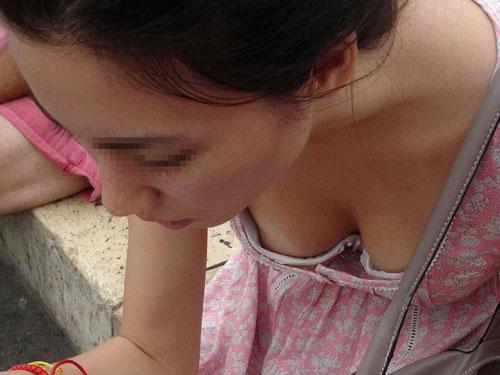 【エロ画像】胸チラしちゃってる無防備なおっぱいしたお姉さんの街撮りwww 画像30枚