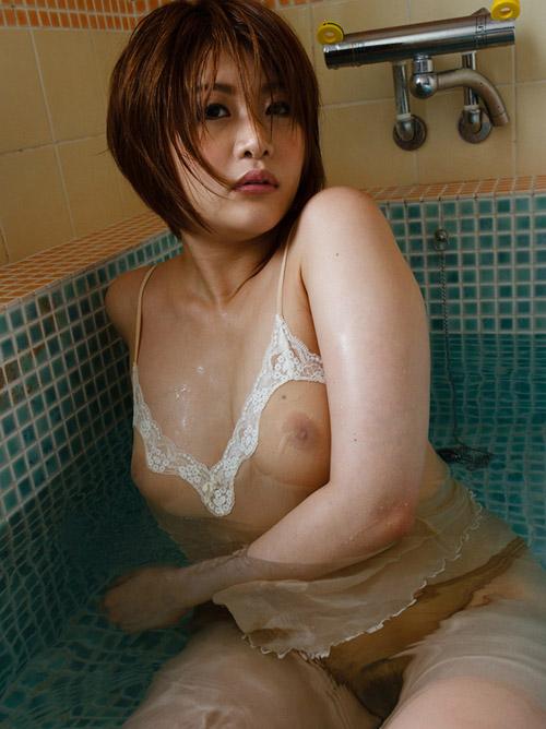 【画像】シースルーで乳首が透け透けなお姉さん画像