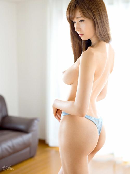 林ゆな 美しい体の人妻AV女優画像