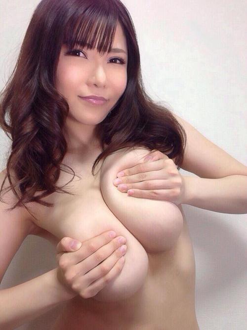 【おっぱいエロ画像】揉み心地を自ら教えてくれているw巨乳女子のセルフ揉み(*゚∀゚)=3