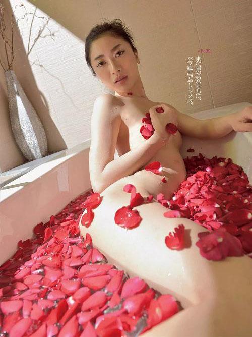 八反安未果 スレンダーボディの新旧セミヌードおっぱい画像【22枚】