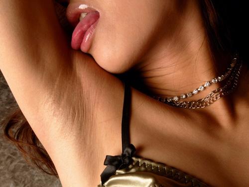 【腋フェチエロ画像】綺麗でもジョリでも塩味は共通w舐めて確かめたい女子の美腋www
