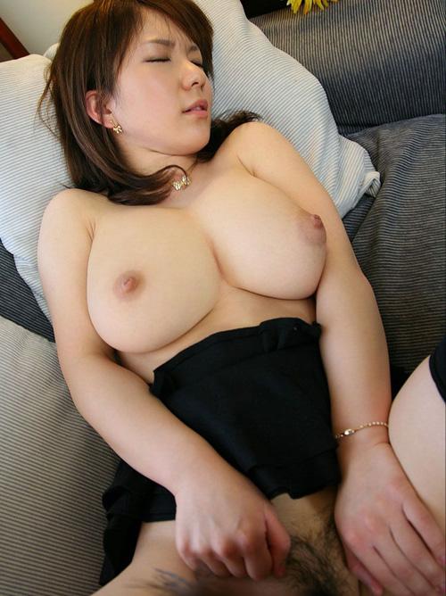 セレブ奥様が豊満な美巨乳おっぱい揺らして淫らに男根絡めてる