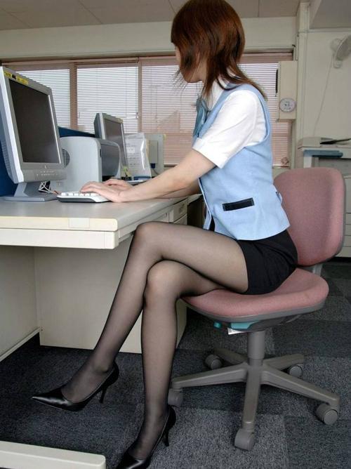 【画像】働く女の黒ストッキング画像