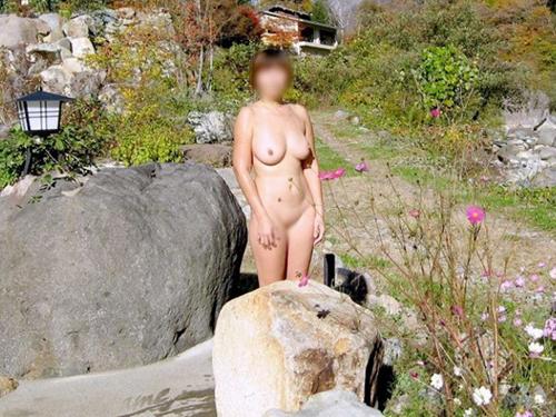 【露出エロ画像】最初は乳首1つ出したっきりだったのに…場数踏んで全裸も余裕な野外露出マニア達www