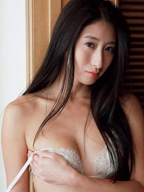 佐藤衣里子 美しすぎるRQのお尻丸出しグラビアがエロすぎ!おっぱいも美乳っぽいよな