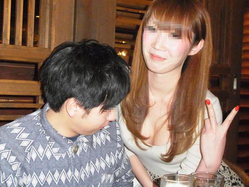 【谷間エロ画像】狙ってるね~w記念写真で胸の谷間をあざとく強調中な女子(*´д`*)