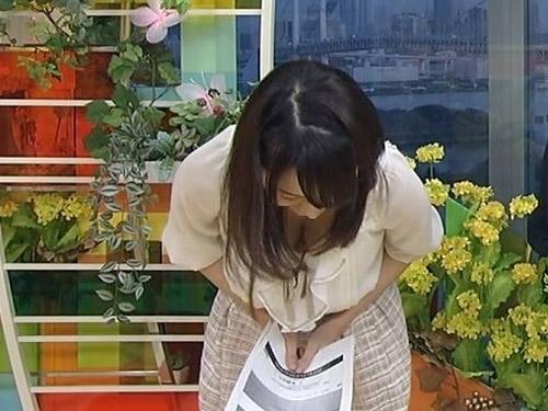 【女子アナお宝画像】胸の谷間から下着がクッキリ見えたTVハプニング画像だぁーwww誰だぁー