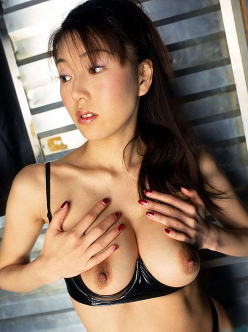 【下着エロ画像】乳房を美しく見せる為に丸出しwカップレスブラの着用図(*´Д`)