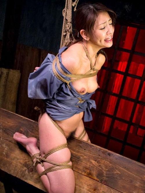三角木馬で拷問されてる女のマンコがヤバイ