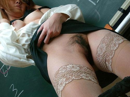 女教師がおっぱい丸出しで授業中20