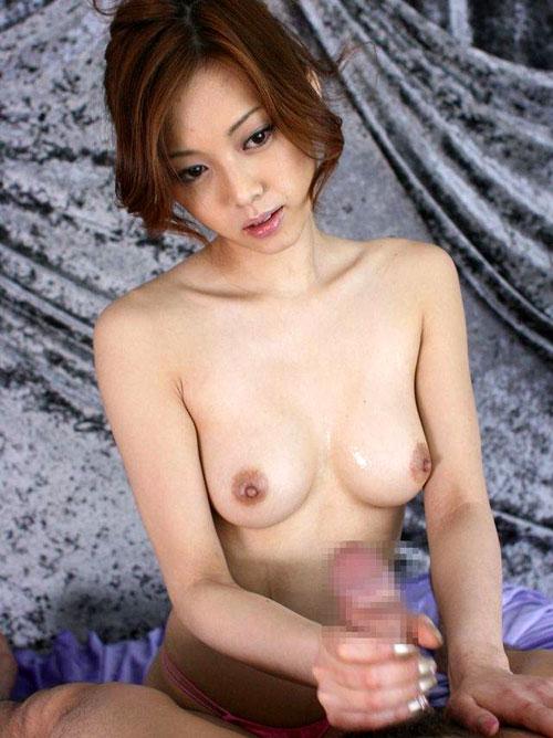 手コキでしごくおねえさんの乳房