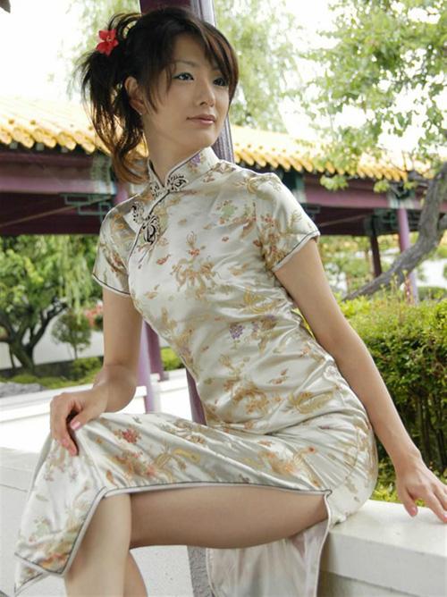 【画像】チャイナドレスのスリットに目が釘付けになるセクシー画像