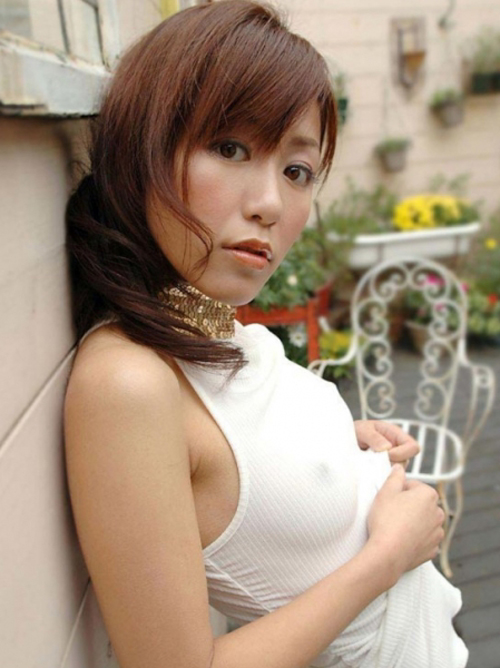 【胸ポチ】シャツから乳首がはっきりわかる卑猥な画像