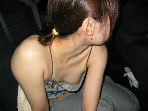 お姉さんの胸元がユルユルでエロい谷間丸見えの胸チラ盗撮画像