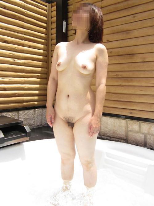 【露天風呂エロ画像】この後湯船でヤられたら困る露天風呂での全裸撮り(*´Д`)