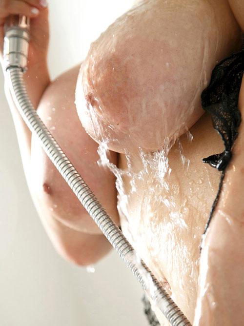 シャワーで濡れ濡れエロおっぱい