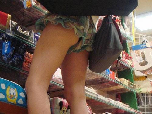 【素人街撮り】 美味しそうな生脚を惜しげもなく露出して歩く女wwwwww【画像30枚】
