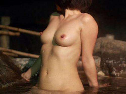 【露出エロ画像】赤の他人いても隠しもしないw露出属性を疑う温泉での裸体晒しwww