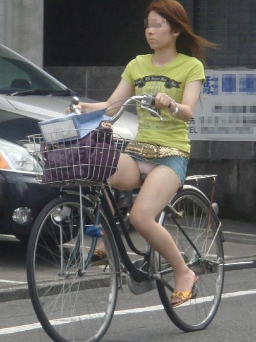 【パンチラエロ画像】一瞬のチャンスで脳裏に焼き付けろ!自転車女子のパンチラ(*゚∀゚)=3