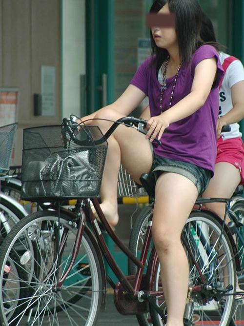 街中のチャリに乗ってる女の太ももに目を奪われるヤツwww(画像)