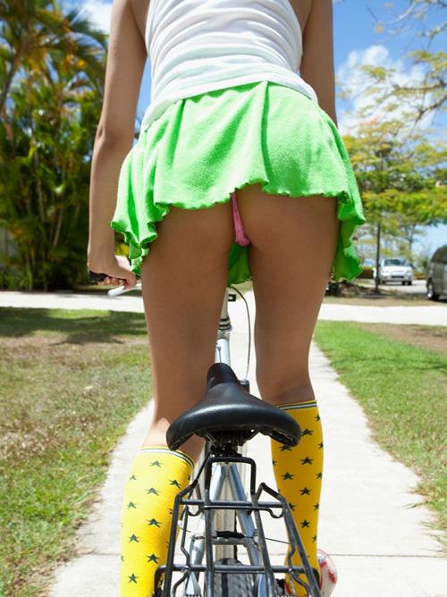 今日は自転車乗りながらパンチラしてあげようか!?