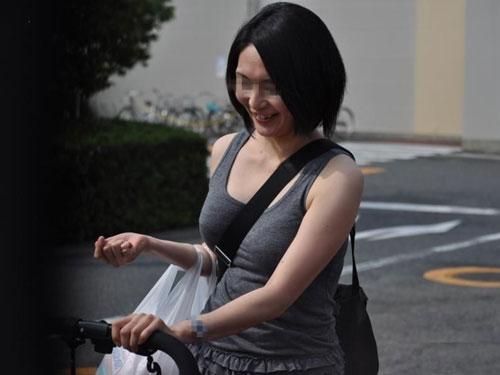 街撮り盗撮 他人妻の巨乳おっぱいが堪らんエロ画像